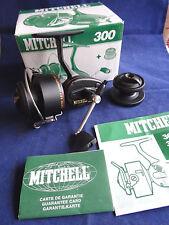 Un superbo in scatola Mitchell 300 spinning reel con grafite bobine, possibilmente inutilizzati
