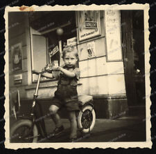 Foto-Hamburg-Junge-Tret-Roller-Cute-Boy-Geschäft-Laden-Nachkriegszeit-
