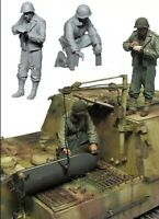 1/35 US infantry inspects Sturmtiger 1945 WW2 Resin Model Figure Kit (2 Figure)