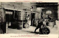 CPA Les Vendanges en Champagne, Mise en futs du vin nouveau (347133)
