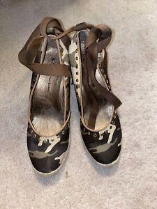 Women's Kathy Van Zeeland Camouflage Summer Ankle Wrap Wedges Sz 9