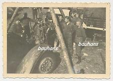 Foto Russland-Feldzug LKW-Reparatur am Motor (p923)