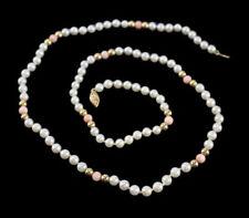 Collar de joyería con perlas corales