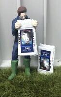 WM078H - Personnage vidant un sac - nourriture pour moutons -  -