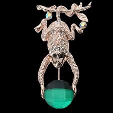 Brosche  Affe an Ast hängend, grüne und weiße Kristalle, goldfarbenes Metall