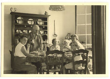 Famille à table - photo ancienne amateur an. 1940 50