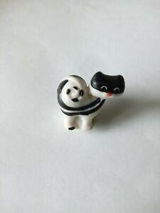 Fève porcelaine aspect mat petit chat moderne coloris noir et blanc