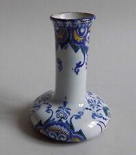 Gien. Vase soliflore en faïence à décor dans le goût de Rouen, XIXe siècle