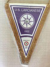 GAGLIARDETTO UFFICIALE CALCIO U.S. LARCIANESE 1922 CON COCCARDA COPPA ITALIA