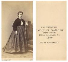 J. Garcin, Une dame prend la pose CDV vintage albumen carte de visite,  Tirage