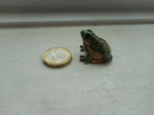 FROG - BEAUTIFUL - DETAILED  MINIATURE  POTTERY GREEN, FAWN & BROWN CHUNKY FROG