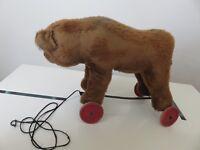 ANCIEN OURS SUR ROULETTE  EN PAILLE YEUX EN VERRE VINTAGE Teddy Bear