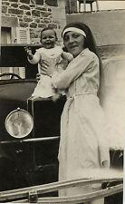 PHOTO ANCIENNE - VINTAGE SNAPSHOT - ENFANT VOITURE CAPOT NURSE NOUNOU DRÔLE -CAR