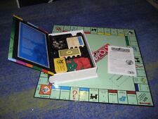 Monopoly Das berühmte Gesellschaftsspiel Buchformat mit Holzhäuser Metallfiguren