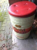 50er Jahre Gold Dollar Zigaretten Sitztonne aus Metall Dekor Oiginal Werbe Blech