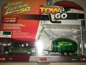 Johnny Lightning TOW & GO Green 2003 Ford F250 Super Cab with Pickle Barrel 2019