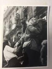 photo presse ww2  Paris 1944 Kiss of welcome    C32