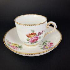 Tasse et sous-tasse en porcelaine blanche à décor de fleurs - Marque de Sèvres