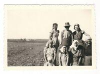 19/173 FOTO - ARBEIT IN DER LANDWIRTSCHAFT - PAUSE - KLEIDUNG KOPFTÜCHER 1940