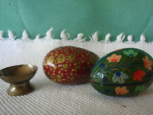 2  Eggs Hand Painted Lacquer  Leaves Floral with 1 Stand