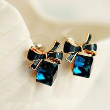 Ohrringe Ohrstecker Schleife mit blauem kubischen Kristall, gold