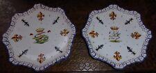 Paire d'assiettes en faïence décor héraldique cygne et salamandre