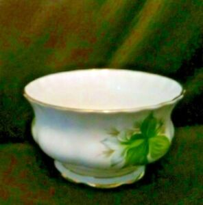 "VINTAGE 3 3/4 "" WIDE Royal Albert BONE CHINA Trillium PATTERN Open Sugar Dish"