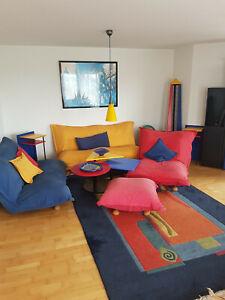 Wohnsitzgruppe und Wandvitrine/Schränke/ Beistelltische