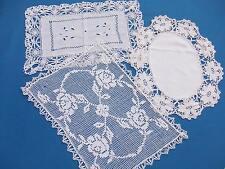 3 très jolis napperons anciens, en coton blanc ....