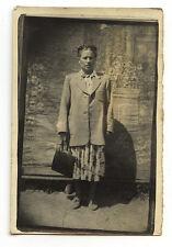 Femme veste sac décor peint - photo ancienne deb. XXe s.