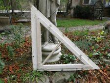 altes Holzfenster, Sprossenfenster mit Rahmen, Dreieckform