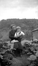 Petit garçon assis genoux grand mère - Ancien négatif photo an. 1930
