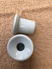 paire d'anciens encriers neufs pour bureau d'écolier en porcelaine blanche