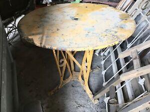 Table de Salon de Jardin  En Fer ForgéAncien joli piétement