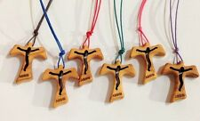 Tau in ulivo con Cristo traforato, scritta Assisi incisa e cordoncino colorato