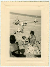 PHOTO ANCIENNE - FAMILLE ENFANT PLAGE OMBRE -CHILD BEACH SHADOW-Vintage Snapshot