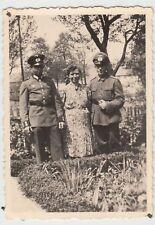 (F15725) Orig. Foto deutsche Soldaten mit Frau im Garten 1940er