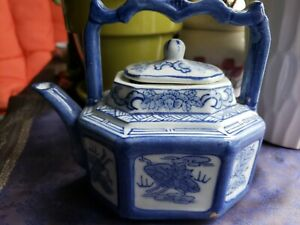 ANTIQUE 19th CENTURY CHINESE PORCELAIN BLUE AND WHITE TEAPOT