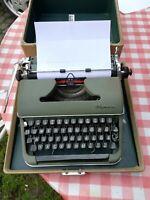 Olympia Koffer-Schreibmaschine in Oliv.