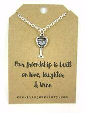 La nostra amicizia è costruito su amore risate e vino in vetro messaggio CARD Collana NUOVO