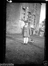 Portrait petite fille avec son jouet -  ancien négatif photo an. 1930 40