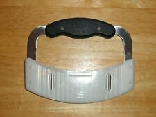 THE PAMPERED CHEF HAND HELD STAINLESS STEEL SERRATED EDGE SLICER CHOPPER