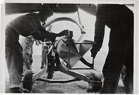 Eine Ju 87 wird beladen. Orig-Pressephoto, von 1943