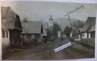 Foto mit Dorf - Straßenansicht und Kirche Kathedrale in Polen oder Russland.(H)