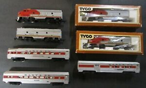 TYCO HO SUPER CHIEF - 2 F-9 DIESELS & 2 DUMMIES, 3 DUEL LIGHTED STREAMLINE CARS