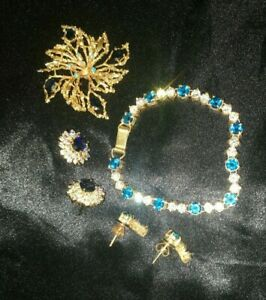 BLUE AND WHITE STONE GOLD COLOURED SET 2 X EARRINGS BROOCH AND BRACELET WOW
