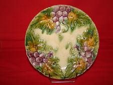 Ancienne assiette décorative en barbotine à décor de grappes de raisin - Vigne