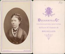 Dechamps, Bruxelles, Portrait de femme à la jolie coiffure et portant un médaill