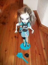 MONSTER HIGH bambola FRANKIE STEIN con accessori e piedistallo