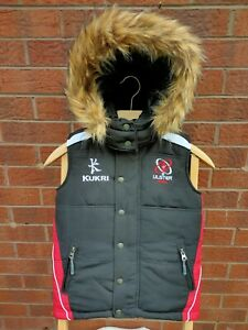 ULSTER RUGBY KUKRI BOYS AGE 3-4 BLACK & RED HOODED GILET BODYWARMER VGC